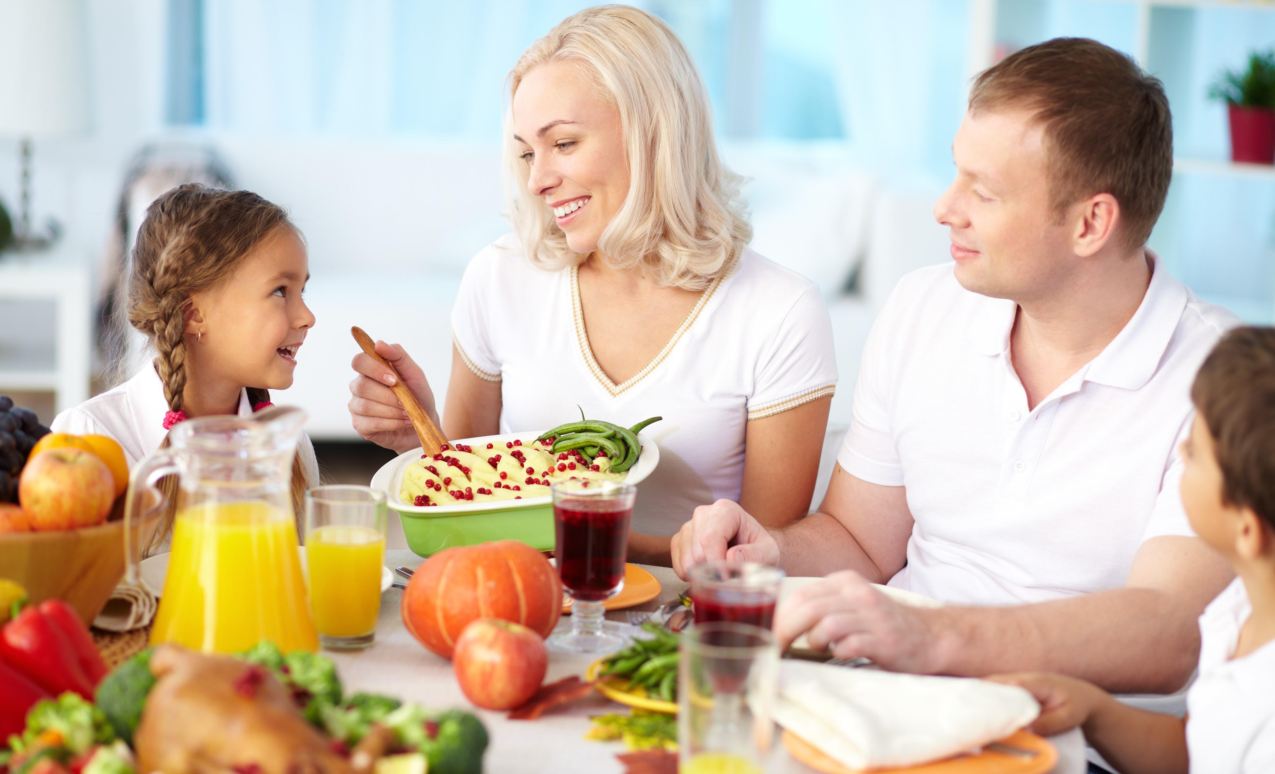 glad-familie-spiser-beskjaert